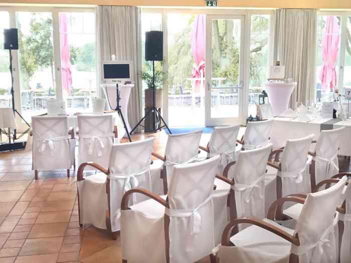 Der Saal ist für die Trauzeremonie vorbereietet.