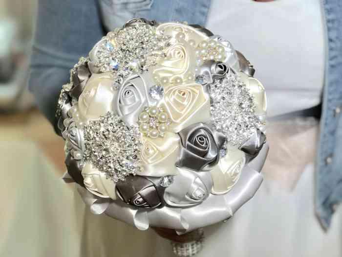 Die Braut ist kein Fan echter Blumen, daher fiel die Wahl auf einen Seidenrosenstrauss.