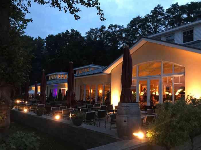 Das Restaurant liegt friedllich im Abendlicht.