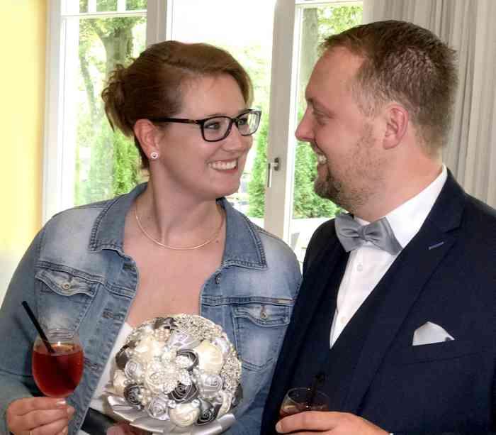 Katja und Jan: Glücklich und erleichtert nach der Trauung.