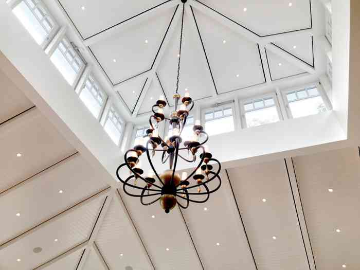 Ein Kronleuchter hängt von der Leuchtturmkuppel herab. Seit 2008 begeistert das Restaurant mit seiner Küche.