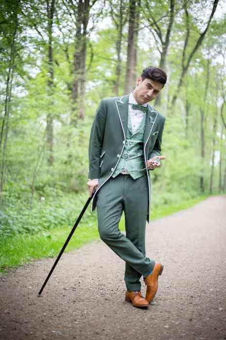 Schick, oder? Der klassische Gehrock kann nach der Hochzeit als Mantel getragen werden.
