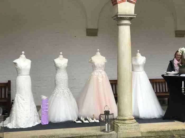 Jessica Biermann hat verschiedene Brautkleid-Modelle dabei