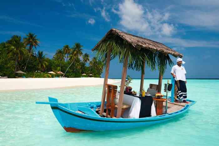Ein romantisches Frühstück auf einem Boot am Strand.