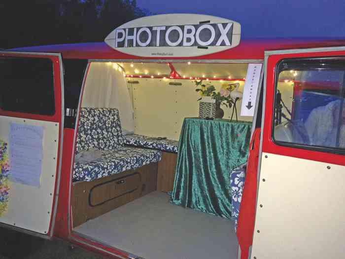 Eine Fotobox kann auf Wunsch im VW-Bus installiert werden.