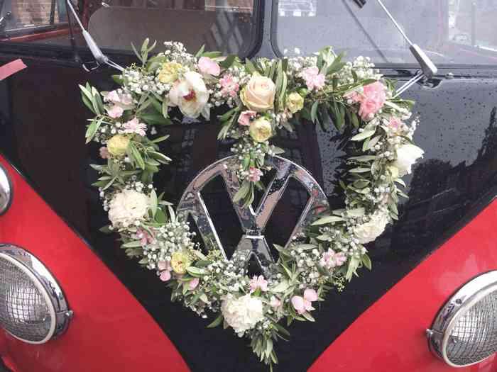 Die äußere Gestaltung des Busses ist individuell möglich. Große Rosenherzen oder Sonnenblumenkränze haben die Front des Bullis schon geschmückt.