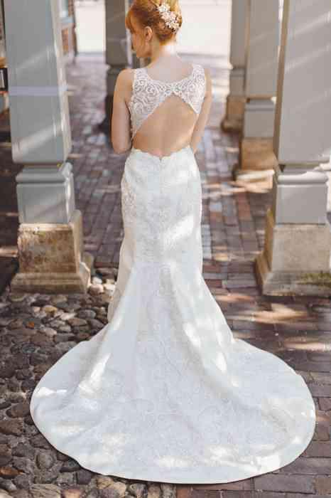 elegantes Brautkleid aus Spitze mit Schleppe