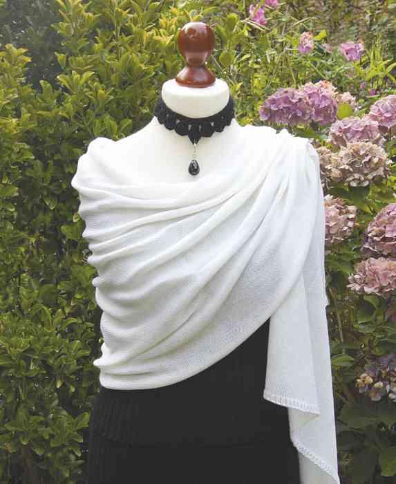 Mohairschal für die Braut in gedecktem Weiß.