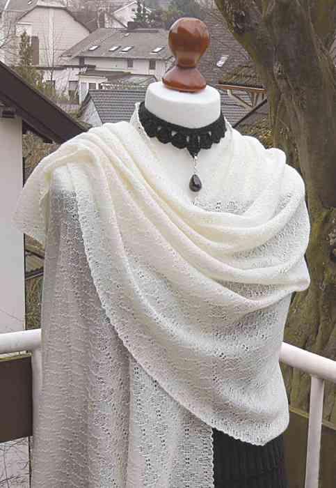 Brautschal aus feiner Mohairwolle gestrickt.