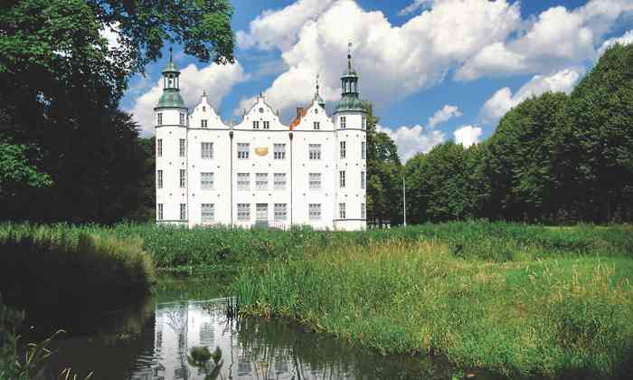 Das Standesamt Ahrensburg im Kreis Stormarn ist ein beliebter Trauort für Brautpaare aus Hamburg und dem Umland.