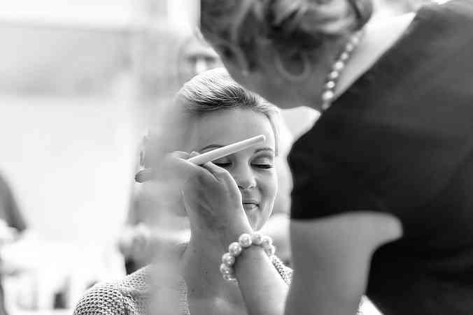 Getting ready! Morgens aufzuwachen und zu wissen, heute ist mein großer Tag, ein unbeschreibliches Gefühl. Jeannine Neumann begleitet die Braut in den aufregendsten Stunden und verleiht ihr den perfekten Look.