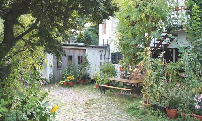 Grüner blühender Innenhof mitten in Hamburg Atelier und Werkstatt von Janine Arnold