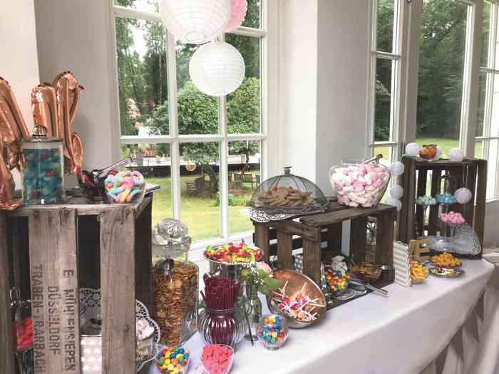 Candybar im Salon der Hochzeitslocation Haus Schnede aufgebaut.