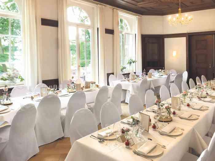 Der Festsaal verfügt über einen Zugang zur Terrasse und zum Garten. Die großen Rundbogenfenster lassen viel Licht in die beiden Räume, die je nach Gästeanzahl genutzt werden können.