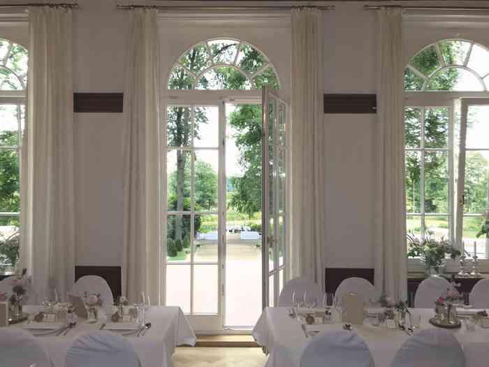Die großen Flügeltüren des Festsaales lassen sich Richtung Terrasse und Garten öffnen.