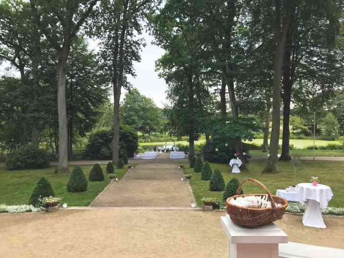 Blick von der Terrasse in den Garten bis zum See der Hochzeitslocation Haus Schnede.