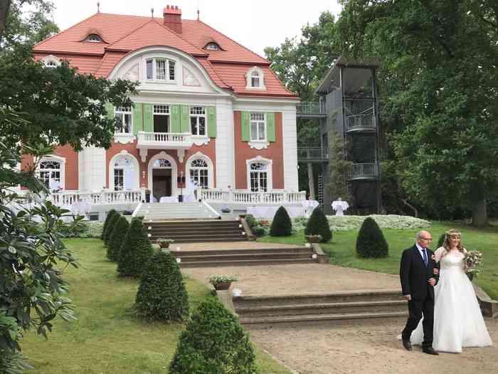 Die Braut wird die lange Treppe durch den Garten zum See hinunter geführt. Zuvor könnte sie sich im Balkonzimmer für die Zeremonie ankleiden.