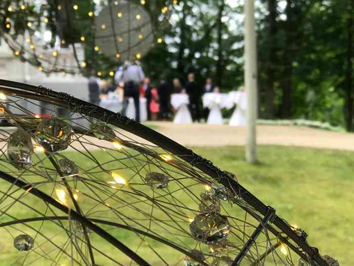 Empfang im Garten der Hochzeitslocation Haus Schnede. Abends fangen die Lichter im Garten an zu funkeln.