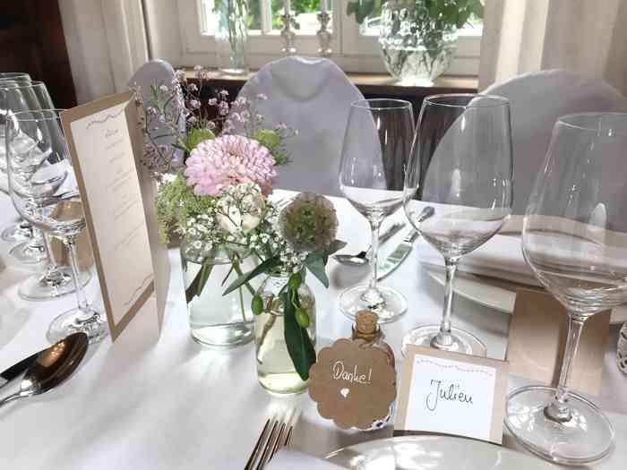 Hochzeitslocation Haus Schnede mit eingedecktem Festtisch.