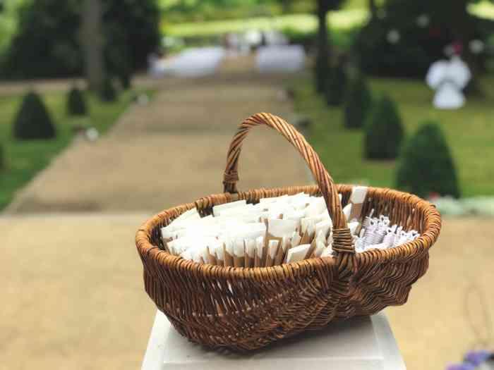 Das Brautpaar hat einen Korb mit Papiertaschentücher für die Glückstränen hingestellt.