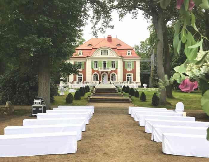 Der Garten der Hochzeitslocation Haus Schnede ist für die Trauzeremonie und die Feier festlich hergerichtet.