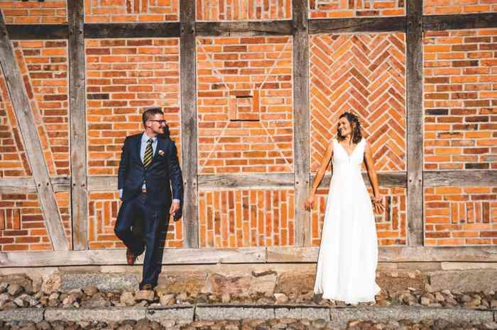 Heide Hotel Reinstorf Brautpaar vor Scheune