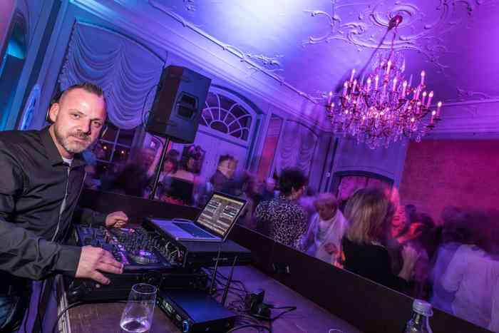 Die Eventagentur Blankenese hat erstklassige DJs im Portfolio, die im Zusammenhang mit einem Gesamtkonzept oder einzeln gebucht werden können.