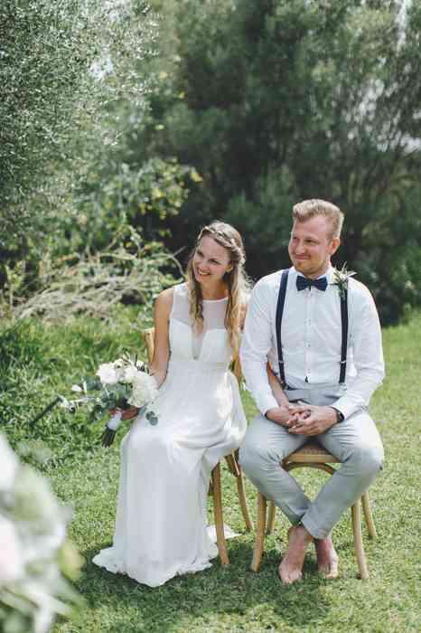 Brautpaar bei Trauzeremonie Barfuss im Freien