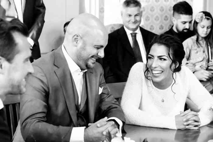 Brautpaar lacht sich während der Trauzeremonie an.
