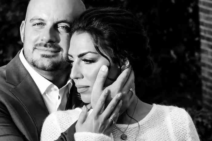 Brautpaar mit den Gesichtern zärtlich aneinander geschmiegt.