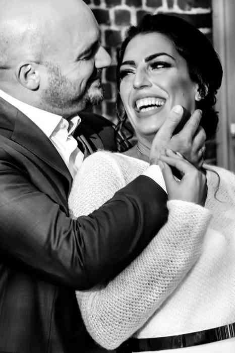 Brautpaar schaut sich lachend in die Augen.