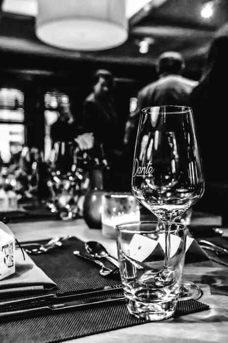 Gläser auf einem Tisch der Hochzeitslocation.