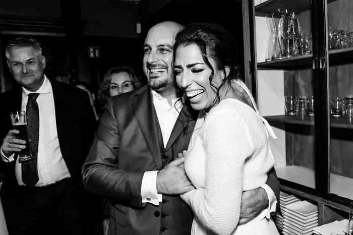 Brautpaar hält sich lachend in den Armen.