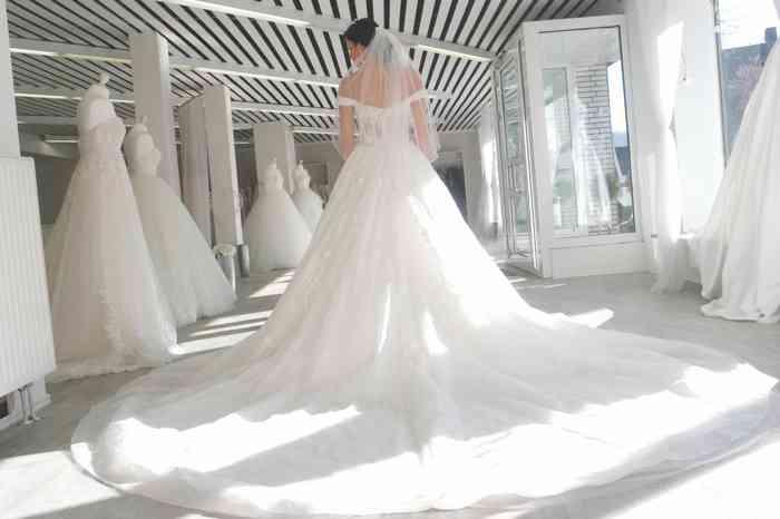 Brautkleid mit großer Schleppe bbei Coco Couture in BBuxtehude