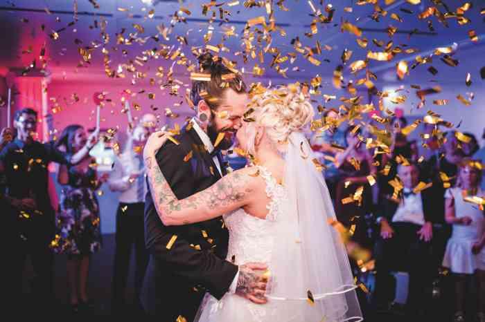 Hochzeitstanz mit goldenem Konfettiregen.