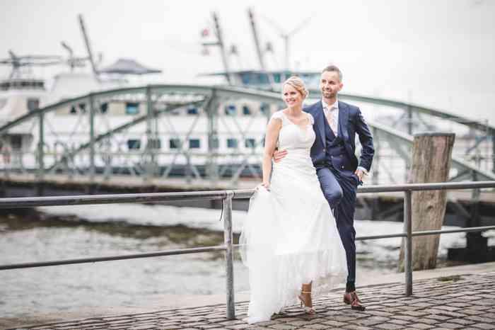 Brautpaar im Hafen Hamburg an den Landungsbrücken.