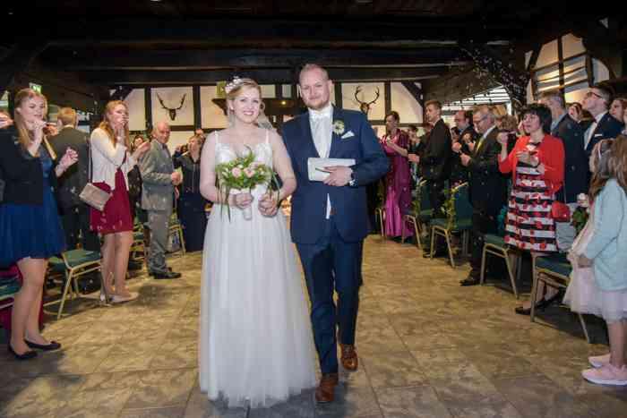 motiv pictures zeigt Brautpaar nach der Trauung, Auszug aus dem Standesamt