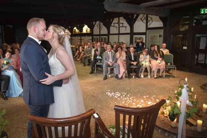 motiv pictures Sönke Kreowski zeigt Brautpaar bei der Trauung nach dem Ja-Wort