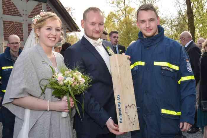 motiv pictures Freunde und Familie gratulieren dem Brautpaar zur Hochzeit