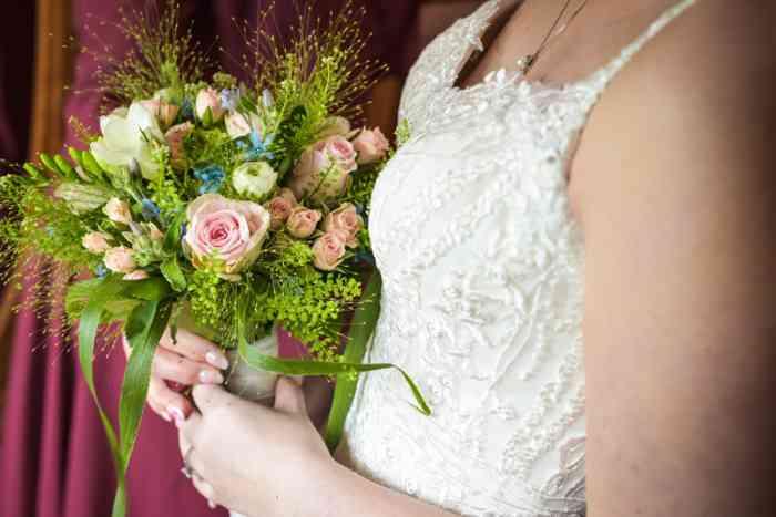 motiv pictures zeigt Braut mit Brautstrauß