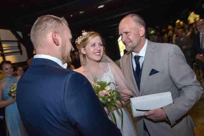 motiv pictures Sönke Kreowski Brautvater übergibt Braut dem Bräutigam