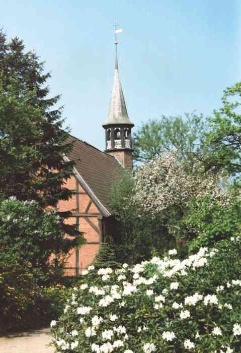 Die St. Jürgen Kapelle in Itzehoe liegt in einem kleinen Park.