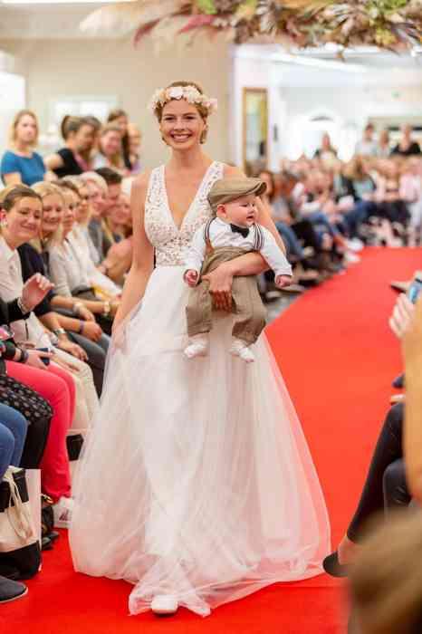 Brautkleid auf dem Laufsteg bei laue Festgarderobe.