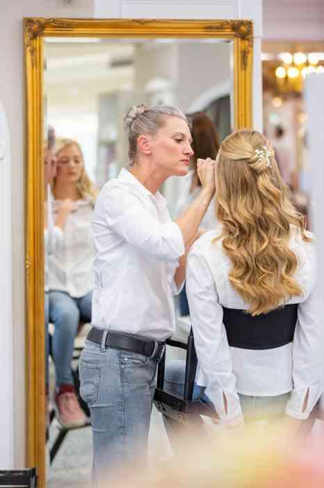 Zukünftige Bräute werden bei Laue probegeschminkt.