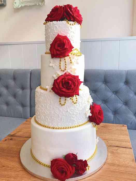 Traumhafte Hochzeitstorten mit handgemachten Blumen