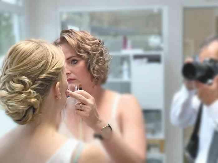 Eine Braut wird für die Hochzeit geschminkt.