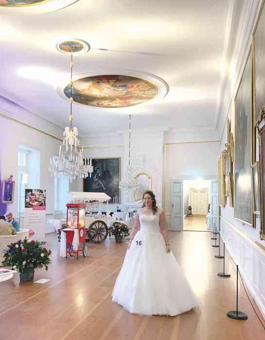 Braut im Saal im Schloss Eutin