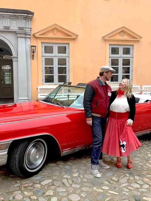 Conny Landsberger vor dem roten Cadillac im Schlosshof Eutin