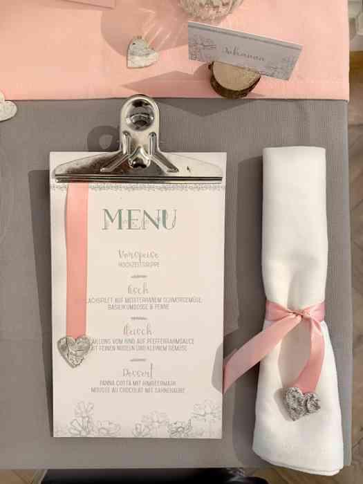 Hochzeitstisch mit Menuekarte und Stoffserviette