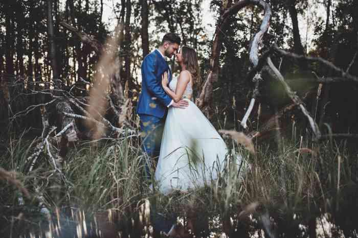 Brautpaar im Wald fotografiert von AJ-Fotomotion